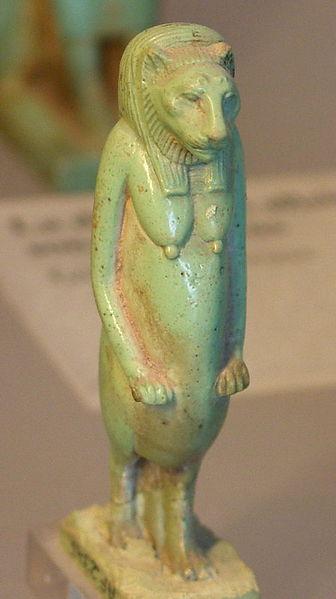 Antikk statuett av kvinneskikkelse med løvehode og hengepupper