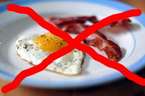 Bilde av egg og bacon med kryss over