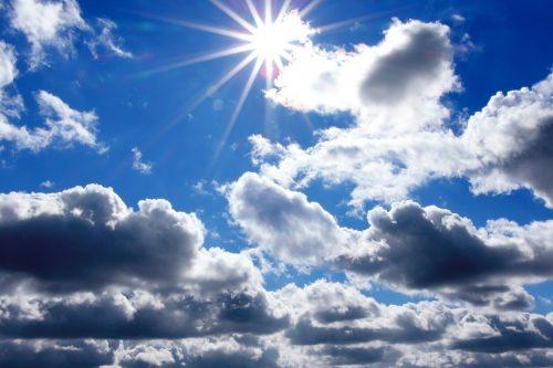 himmel med skyer og sol