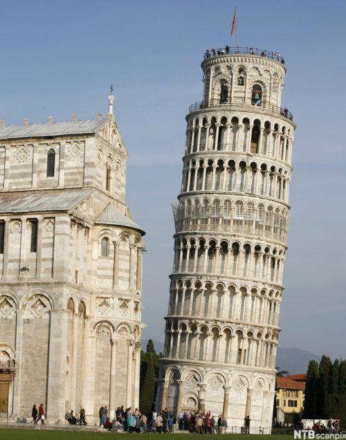 Det skjeve tårn i Pisa lener seg vekk fra katedralen.